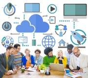 群策群力分享网上全球性通信云彩概念 库存照片