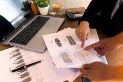 群策群力在办公桌的商人 免版税库存照片