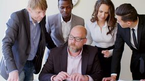 群策群力想法的商人在一个现代白色公司办公室 一起建立计划的可爱的工作者 股票录像
