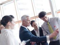 群策群力的商业领袖做介绍和 库存照片