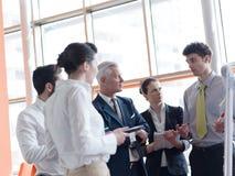 群策群力的商业领袖做介绍和 免版税库存图片