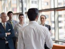 群策群力的商业领袖做介绍和 免版税库存照片
