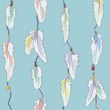 羽毛和小珠的样式在一条螺纹在一轻的backgro 免版税库存图片