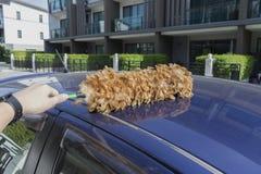羽毛喷粉器干净在顶面蓝色汽车 免版税库存图片
