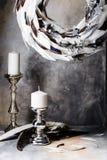 羽毛圣诞节花圈与烛台的在灰色背景 库存照片