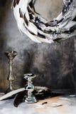 羽毛圣诞节花圈与烛台的在灰色背景 免版税库存图片