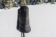 黑羽毛温暖的手套 免版税库存图片