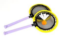 羽毛球五颜六色的球拍shuttlecock 库存图片