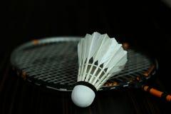 羽毛球和新的shuttelcock 免版税库存图片