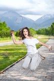 羽毛球愤怒的使用的妇女 免版税库存图片