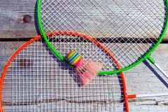 羽毛球拍和球 免版税库存图片