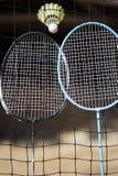 羽毛球拍和shuttlecock与网在室外领域 免版税库存图片
