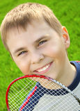 羽毛球男孩球拍 免版税库存图片