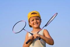 羽毛球男孩球拍 免版税库存照片