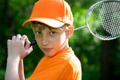 羽毛球男孩逗人喜爱的球拍 免版税图库摄影
