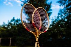 羽毛球的球拍反对天空 免版税库存照片