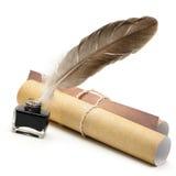 羽毛笔,墨水,老被染黄的纸张卷  免版税图库摄影