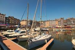 翁夫勒法国诺曼底村庄的美丽如画的老港口有小船、游艇、咖啡馆和海的在一个晴朗的春日 免版税库存照片