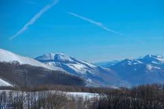 翁布里亚谷在从山的一个多雪的冬天早晨 免版税库存照片