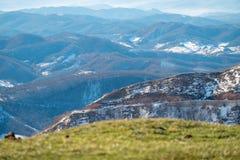 翁布里亚谷在从山的一个多雪的冬天早晨 库存照片