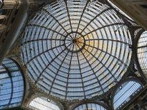 翁贝托画廊圆顶的看法在那不勒斯从下面 免版税库存照片