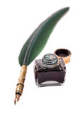 翎毛钢笔和墨水池 免版税图库摄影
