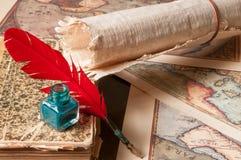 翎毛钢笔和纸莎草板料 免版税库存图片