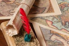 翎毛钢笔和老地图 免版税库存图片