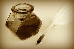 翎毛钢笔和玻璃墨水壶,乌贼属样式 库存照片