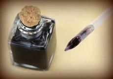 翎毛钢笔和玻璃墨水壶,乌贼属样式 库存图片
