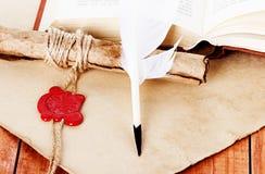翎毛钢笔纸卷和羊皮纸 免版税库存照片