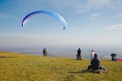滑翔伞为起飞做准备 库存照片