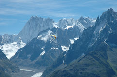 滑翔伞和峰顶附近的夏慕尼在阿尔卑斯在法国 免版税库存图片