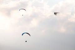 滑翔伞和悬挂式滑翔在天空 库存照片