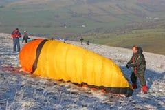 滑翔伞在布雷肯比肯斯山 免版税库存照片