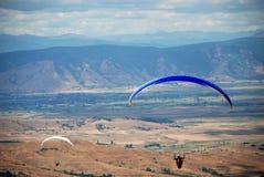 滑翔伞在普里莱普,马其顿 免版税库存照片