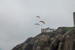滑翔伞在米拉弗洛雷斯区-利马,秘鲁 库存图片