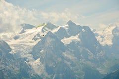 滑翔伞在美丽的瑞士阿尔卑斯 免版税库存照片