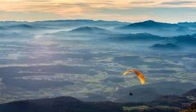滑翔伞在谷飞行 免版税库存图片