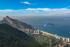 滑翔伞在里约热内卢 图库摄影