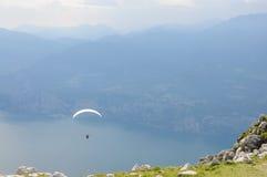 滑翔伞在阿尔卑斯山风景- Mo前面飞行 库存图片
