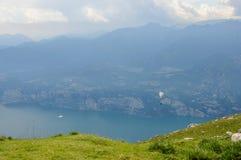 滑翔伞在阿尔卑斯山风景- Mo前面飞行 库存照片