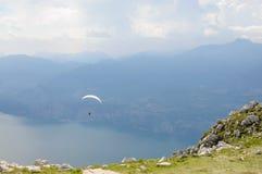 滑翔伞在阿尔卑斯山风景- Mo前面飞行 免版税库存照片