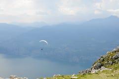 滑翔伞在阿尔卑斯山风景- Mo前面飞行 免版税图库摄影