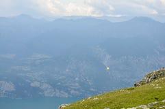 滑翔伞在阿尔卑斯山风景- Mo前面飞行 免版税库存图片