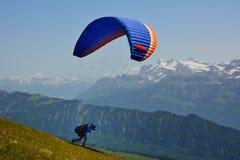 滑翔伞在阿尔卑斯瑞士在夏天 免版税库存图片