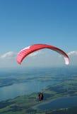 滑翔伞在阿尔卑斯 库存图片