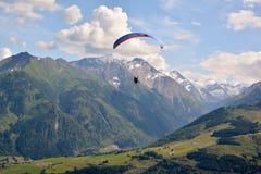 滑翔伞在阿尔卑斯 库存照片