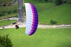 滑翔伞在阿尔卑斯 免版税库存照片