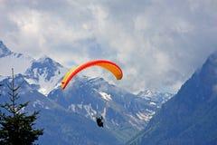 滑翔伞在阿尔卑斯 免版税库存图片